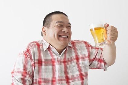 ビールジョッキを持って嬉しそうな中年男性